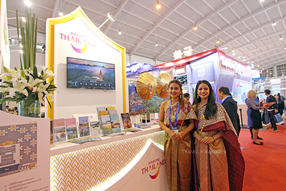สาวไทยพร้อมให้ข้อมูลเกี่ยวกับประเทศไทยแก่ผู้เข้าร่วมชมงาน
