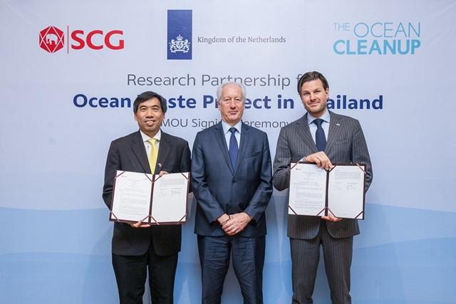 ดร.สุรชา อุดมศักดิ์ ผู้ช่วยผู้จัดการใหญ่ ธุรกิจเคมิคอลส์ เอสซีจี ดูแลงานเทคโนโลยีและนวัตกรรม และ The Ocean Cleanup องค์กรสตาร์ทอัพด้านเทคโนโลยีเพื่อสิ่งแวดล้อมชั้นนำระดับโลก ซึ่งเป็นองค์กรไม่แสวงหากำไร โดย มร.วอเตอร์ ฟาน ทองเกอรอน Head of International Relations – Extraction ร่วมลงนามในข้อตกลงการวิจัยและพัฒนาเทคโนโลยีเพื่อลดปัญหาขยะทะเลในประเทศไทย โดยได้รับเกียรติจาก ท่านเคส ปีเตอร์ ราเดอ เอกอัครราชทูตราชอาณาจักรเนเธอร์แลนด์ ประจำประเทศไทย เป็นประธานในพิธี ณ สถานทูตเนเธอร์แลนด์ประจำประเทศไทย