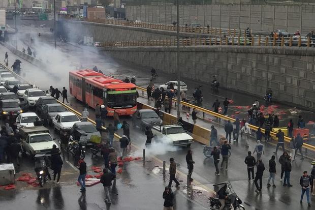 เกิดการประท้วงรุนแรงในอิหร่านต่อต้านขึ้นราคาน้ำมัน ทหารเตือนปราบปรามเด็ดขาด