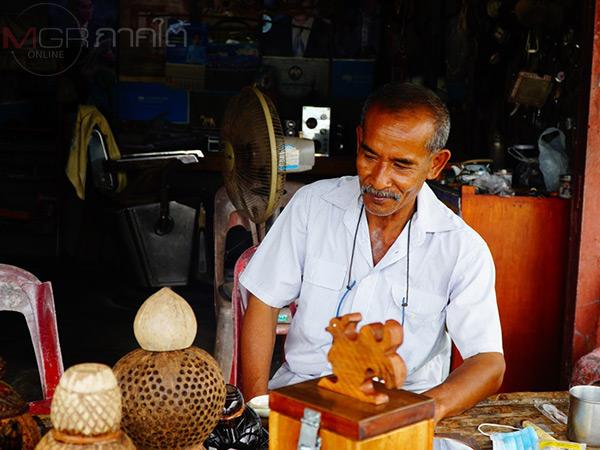 """""""พี่แผ้ว"""" ช่างตัดผมชาวพัทลุงใช้เวลาว่างแปรรูปะลามะพร้าวขาย สร้างความสุขในยามว่าง"""