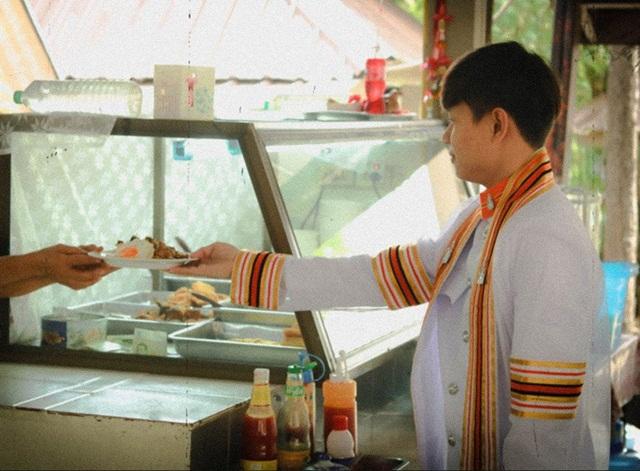 บัณฑิตพร้อม! ซ้อมรับจานข้าวแทนใบปริญญามา 4 ปี ชาวเน็ตแซว วันจริงห้ามผิดคิว