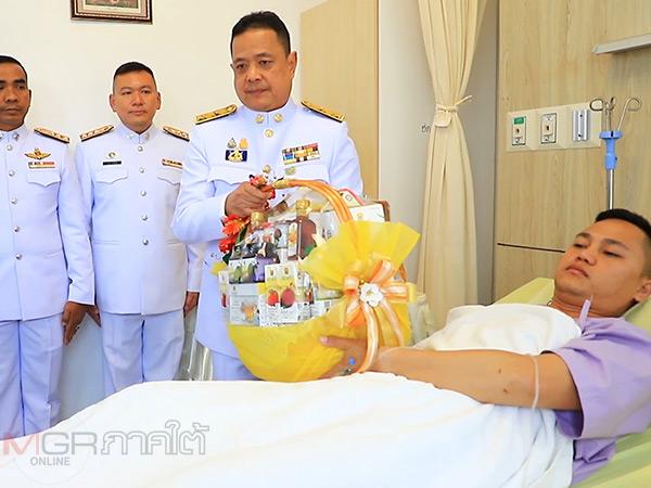 รอง ผวจ.ยะลาเชิญตะกร้าสิ่งของพระราชทานเยี่ยมตำรวจ สภ.รือเสาะที่บาดเจ็บจากเหตุไฟใต้