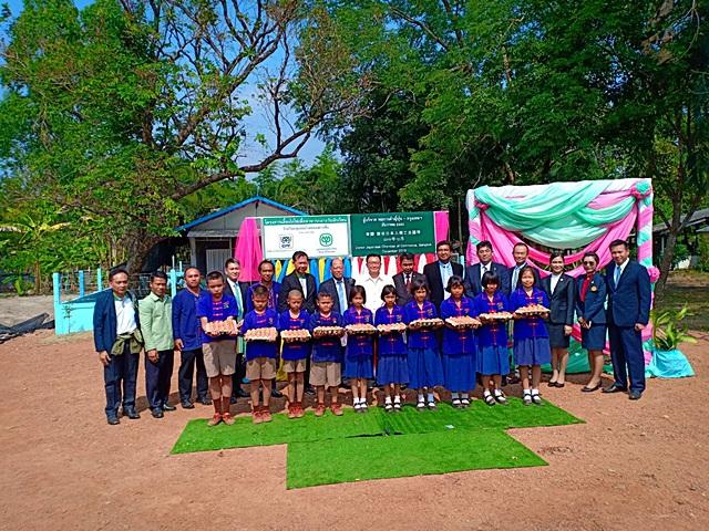 นิติพัฒน์ ลีลาเลิศแล้ว ปลัดจังหวัดนครพนม เป็นประธานในพิธีส่งมอบโครงการเลี้ยงไก่ไข่เพื่ออาหารกลางวันนักเรียนให้กับ 5 โรงเรียนในจังหวัดนครพนม ณ โรงเรียนชุมชนบ้านหนองย่างซี้น อ.เรณูนคร จ.นครพนม ซึ่งเป็นโรงเรียนขยายโอกาสทางการศึกษา จัดการเรียนการสอนตั้งแต่ระดับอนุบาลถึงมัธยมศึกษาปีที่ 3 ปัจจุบัน มีจำนวนนักเรียน 166 คน