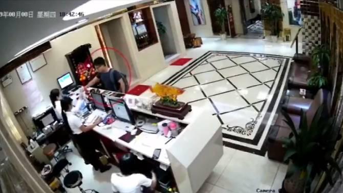 ตำรวจเผยคลิปวีดีโอมัดตัวอดีตลูกจ้างกงสุลผู้ดี หลังอ้างถูกทางการจีนทรมาน