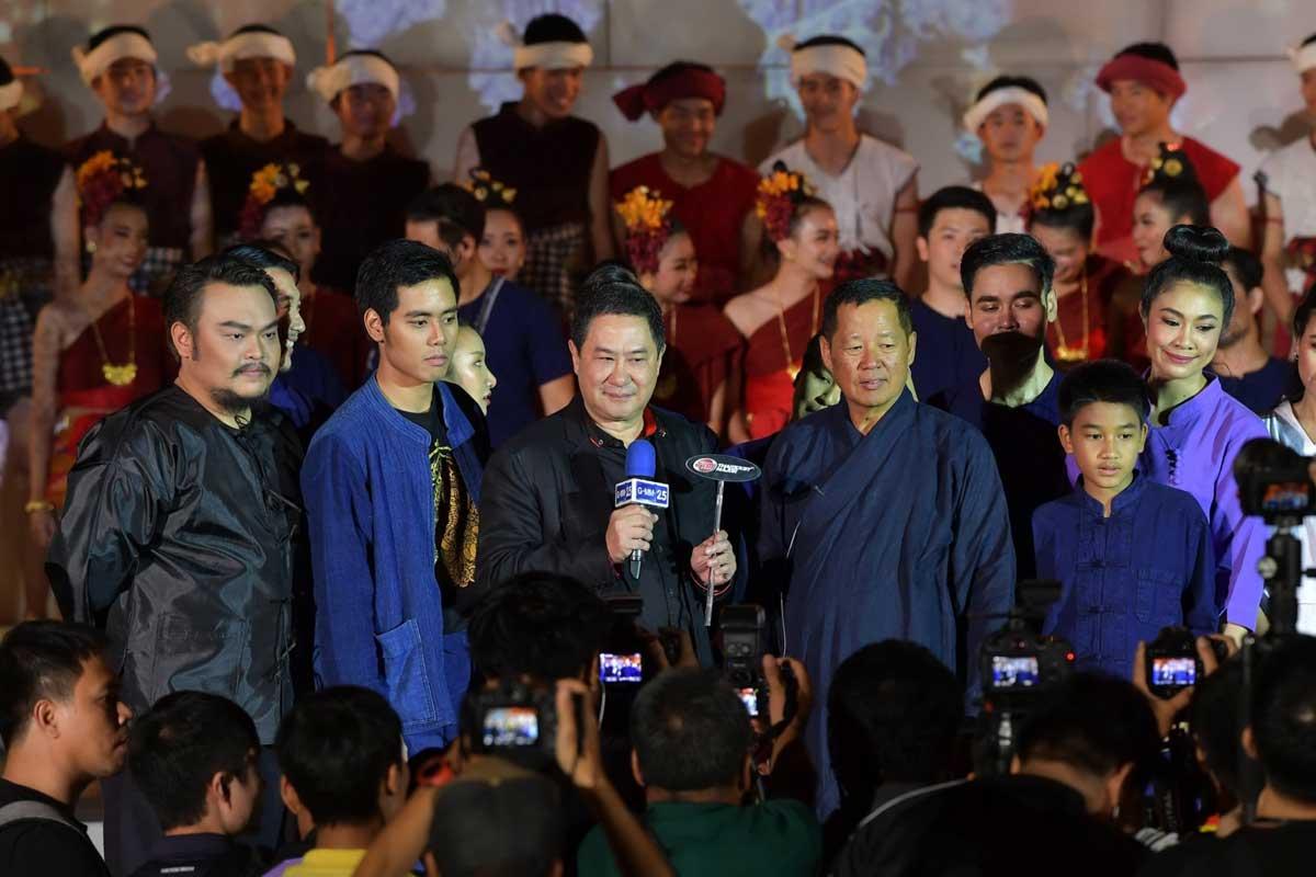 อาจารย์เฉลิมชัย โฆษิตพิพัฒน์ (คนที่ 4 จากซ้าย) เกรียงไกร กาญจนะโภคิน (คนที่ 3 จากซ้าย) และเหล่านักแสดง