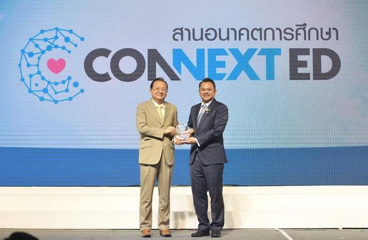 """""""ทรู"""" รับโล่ """"ผู้มีคุณูปการต่อการศึกษาไทย"""" โครงการ CONNEXT ED"""