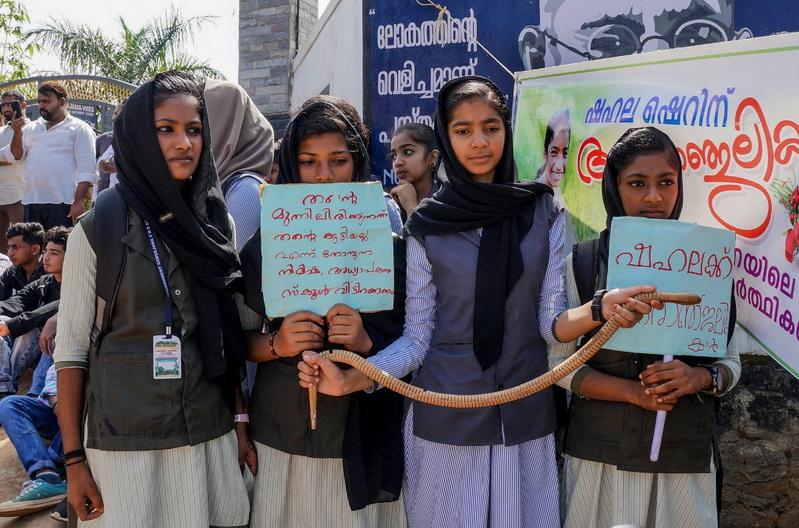 สลด! เด็กอินเดียถูก 'งูกัด' คาห้องเรียน ครูทำเฉย-สอนต่อเป็น ชม. สุดท้ายดับอนาถ
