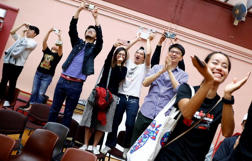 จีนผงะ!! ฝ่ายประชาธิปไตยฮ่องกงชนะเลือกตั้ง 'สภาเขต' ถล่มทลาย คนแห่ใช้สิทธิ์สูงเป็นประวัติการณ์