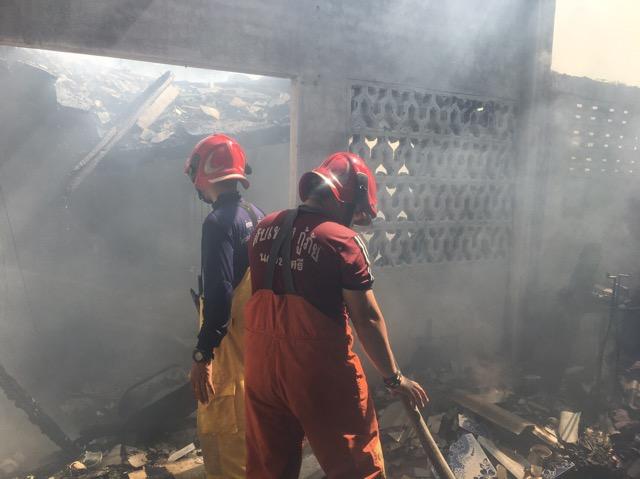 ไฟไหม้บ้านไม้ในชุมชนบางกระเบา วอดทั้งหลัง