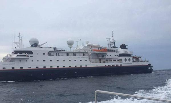 """ระทึก""""เรือสำราญ""""ชนชนโขดหินหมู่เกาะพีพี ท้องเรือทะลุ  นักท่องเที่ยวลูกเรือเกือบ 200 ชีวิต-ขึ้นฝั่งปลอดภัย"""