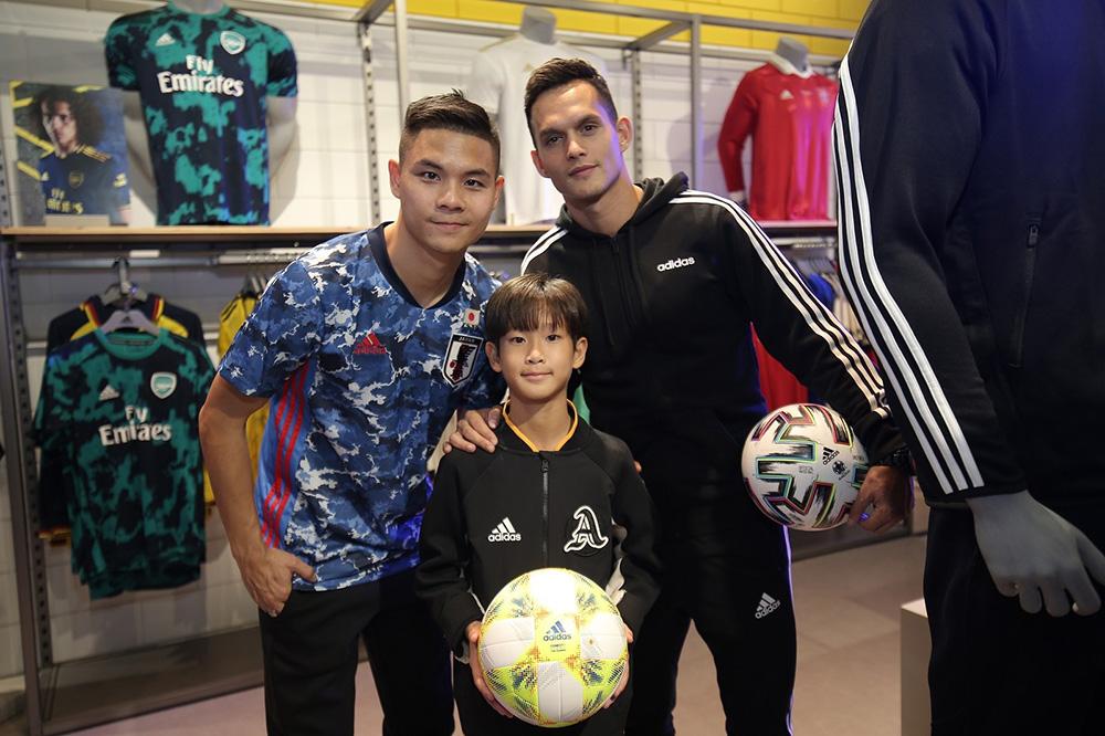 """ต้น-นฤบดินทร์ และ มิก้า สองดาวเตะชื่อดัง  พร้อมด้วย """"น้องวอร์มอัพ"""" คลื่นลูกใหม่ประจำวงการฟุตบอลไทย"""