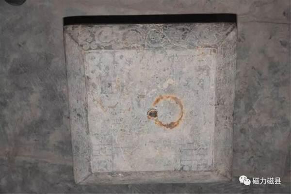โบราณวัตถุที่ค้นพบในสุสานฯ:  ป้ายจารึก (ภาพ เวยปัวฉือโจว)