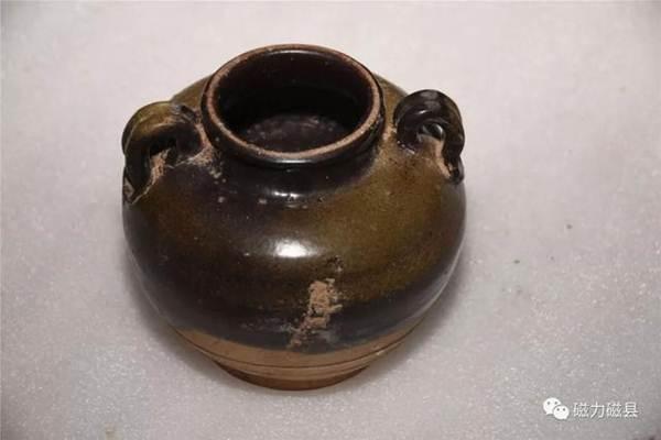 โบราณวัตถุที่ค้นพบในสุสานฯ:  เครื่องเคลือบดินเผา (ภาพ เวยปัวฉือโจว)