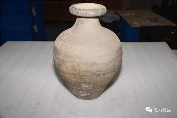 โบราณวัตถุที่ค้นพบในสุสานฯ:  เครื่องดินเผา (ภาพ เวยปัวฉือโจว)