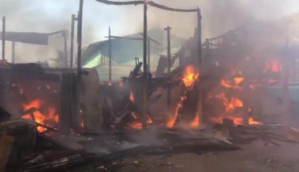 ไฟไหม้บ้านเสียหาย 2 หลัง ลุกลามอย่างรวดเร็ว