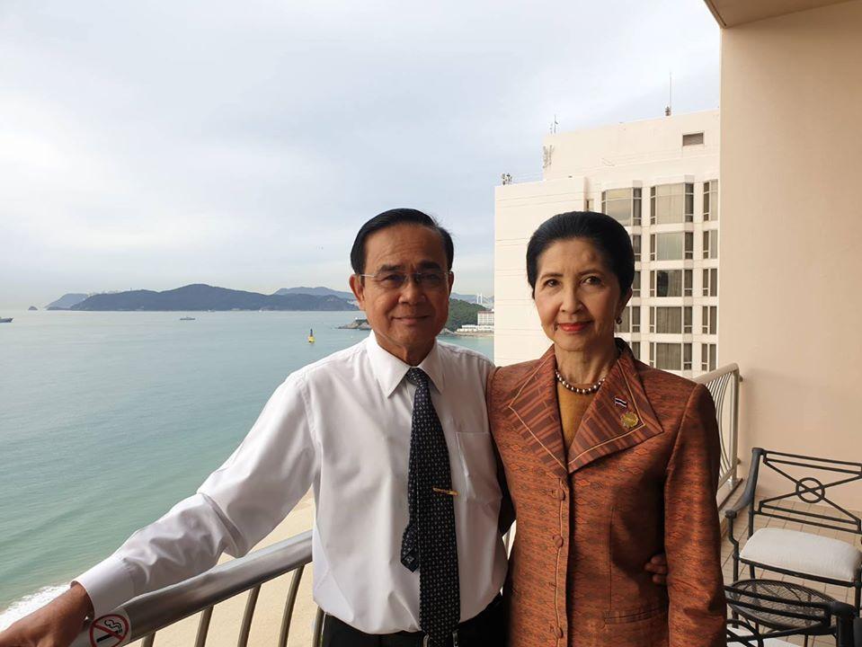 """เผยภาพหวานๆ ก่อนภารกิจวันสุดท้ายที่เกาหลีใต้ """"บิ๊กตู่"""" กับ """"อาจารย์น้อง"""" หนึ่งในกำลังใจสำคัญของผู้นำไทย"""