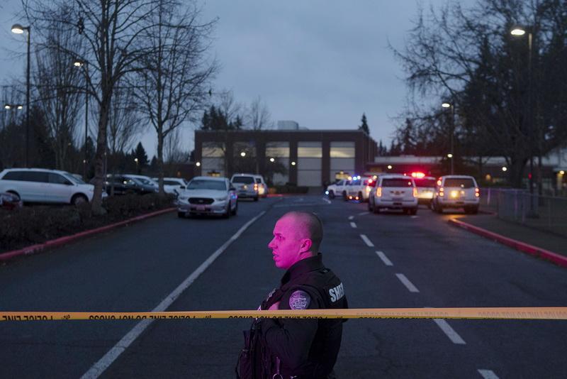 ระทึก! คนร้ายบุกยิงเหยื่อกลางลานจอดรถ 'รร.ประถม' ในสหรัฐฯ ก่อน 'ระเบิดสมอง' ตัวเอง