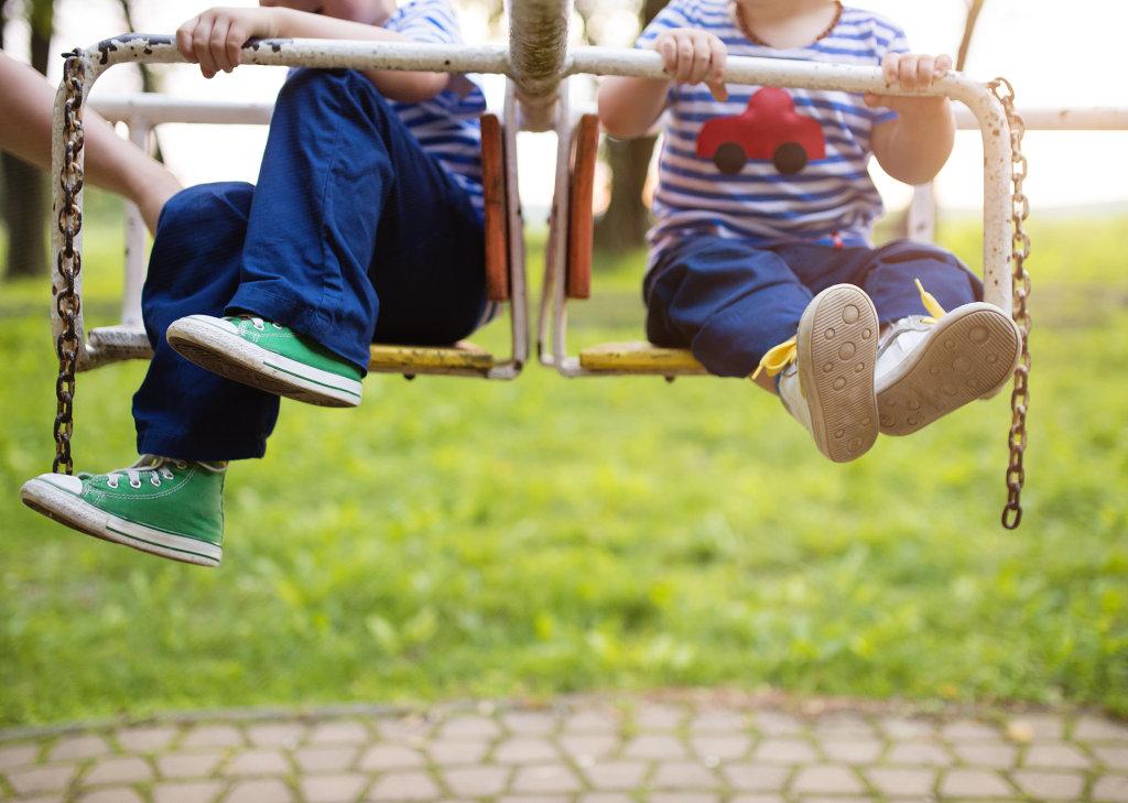 เลือกรองเท้าอย่างไรให้เหมาะกับช่วงวัยลูกน้อย