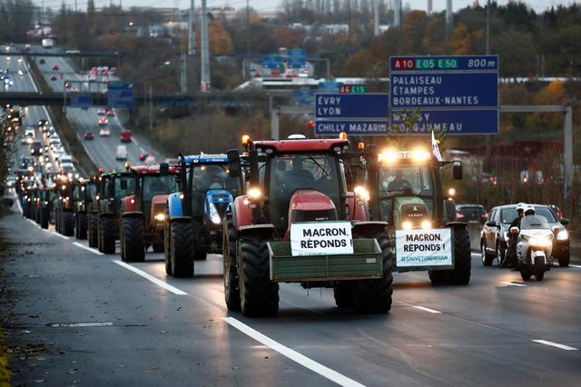 เกษตรกรฝรั่งเศสพากันขับรถแทร็คเตอร์เข้าปารีส ประท้วงรัฐบาล