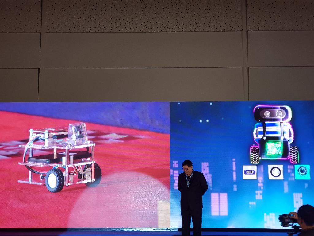 """ดร.สุวิทย์ เมษินทรีย์ รัฐมนตรีว่าการกระทรวงการอุดมศึกษา วิทยาศาสตร์ วิจัยและนวัตกรรมแห่งชาติ (อว.) เปิดงาน """"วันรวมพลคน KidBright"""" ด้วย น้องขนมชั้น KidBright AI หุ่นยนต์สอนเอไอ"""