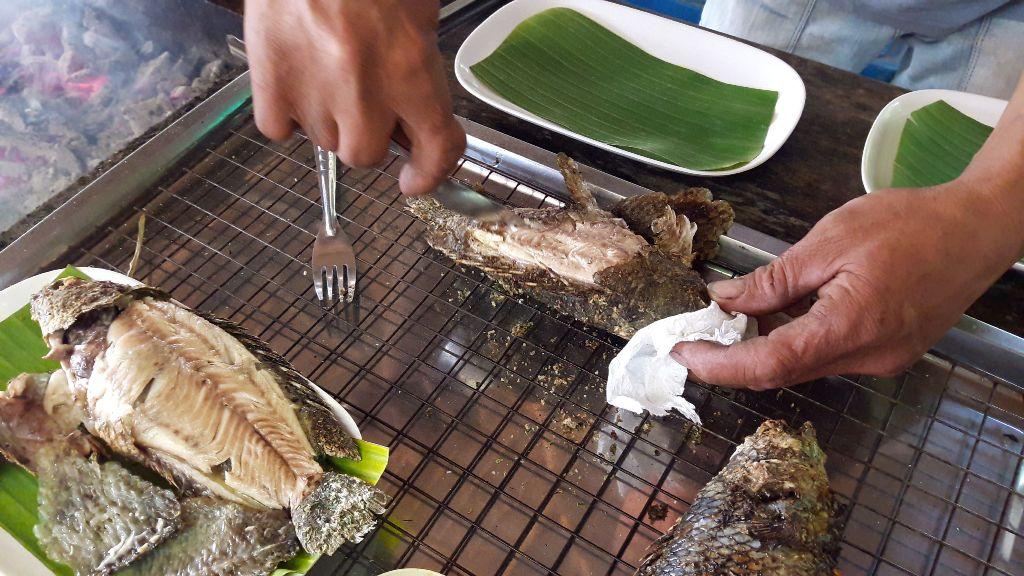 ย่างทีกลิ่นฟุ้งเต็มตลาดซาวไฮ่!หนุ่มบ้านไร่ต่อยอดบ่อปลาหมอหลังบ้าน จับย่างสมุนไพรขายวันหยุดลูกค้าตรึม