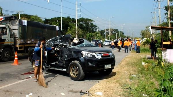 รถยนต์เสียหลังพุ่งข้ามเลนเสียชีวิต  2   สาหัส 2