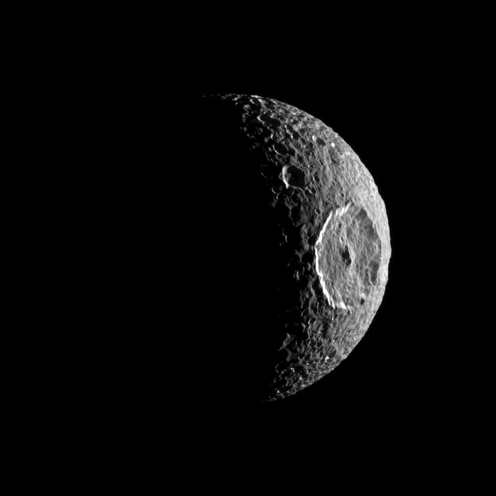 ภาพดวงจันทร์  Mimas ของดาวเสาร์ที่บันทึกโดยยาน Cassini ขณะเข้าใกล้ ดูคล้ายดวงตาที่กำลังจ้องมองออกไปในอวกาศ ( NASA/JPL/Space Science Institute)
