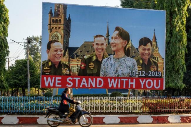 กำลังใจมาเต็ม ชาวพม่าขึ้นป้ายเชียร์-ซื้อทัวร์ตามส่งกำลังใจ 'ซูจี' สู้คดีโรฮิงญาถึงกรุงเฮก