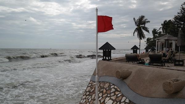 หาดหัวหินขึ้นธงแดง!!  ผู้ค้าชายหาดขนของหนีน้ำ คาดคลื่นลมแรงต่อเนื่อง 3 วัน