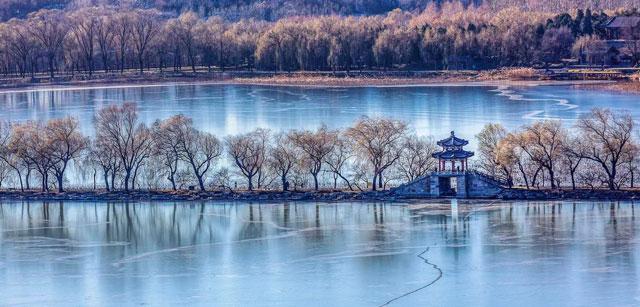ปักกิ่งหิมะโปรยครั้งแรกเวลา 14:50 น. (เวลาท้องถิ่น) ในวันศุกร์ ที่เขตหยางชิง ทางตะวันตกเฉียงเหนือกรุงปักกิ่งของจีน (ภาพไชน่าเดลี)