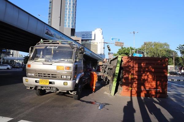 รถบรรทุกทำตู้คอนเทนเนอร์คว่ำแยกถนนวิทยุ