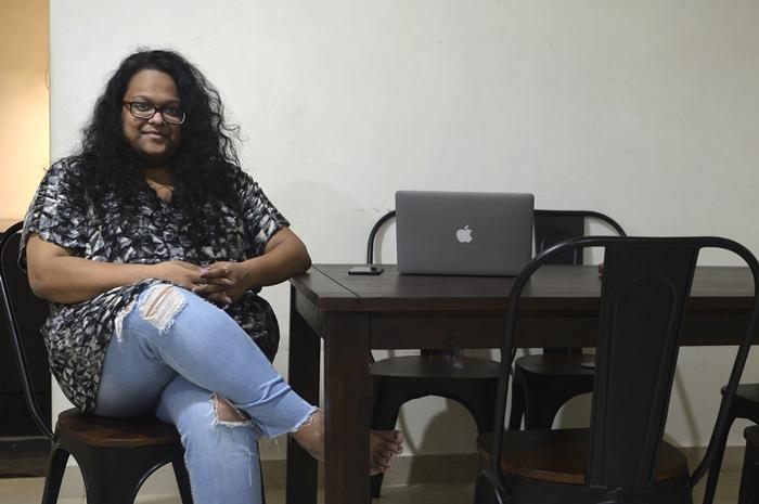 <i>ในภาพซึ่งถ่ายเมื่อ 26 ต.ค. 2019  วันดิตา โมราร์กา ผู้ประกอบการหญิงวัย 25 ปี โพสให้ถ่ายภาพขณะเธอนั่งอยู่รอบๆ บรรดาเฟอร์นิเจอร์ที่เช่ามา ระหว่างให้สัมภาษณ์สำนักข่าวเอเอฟพีจากเมืองมุมไบ </i>