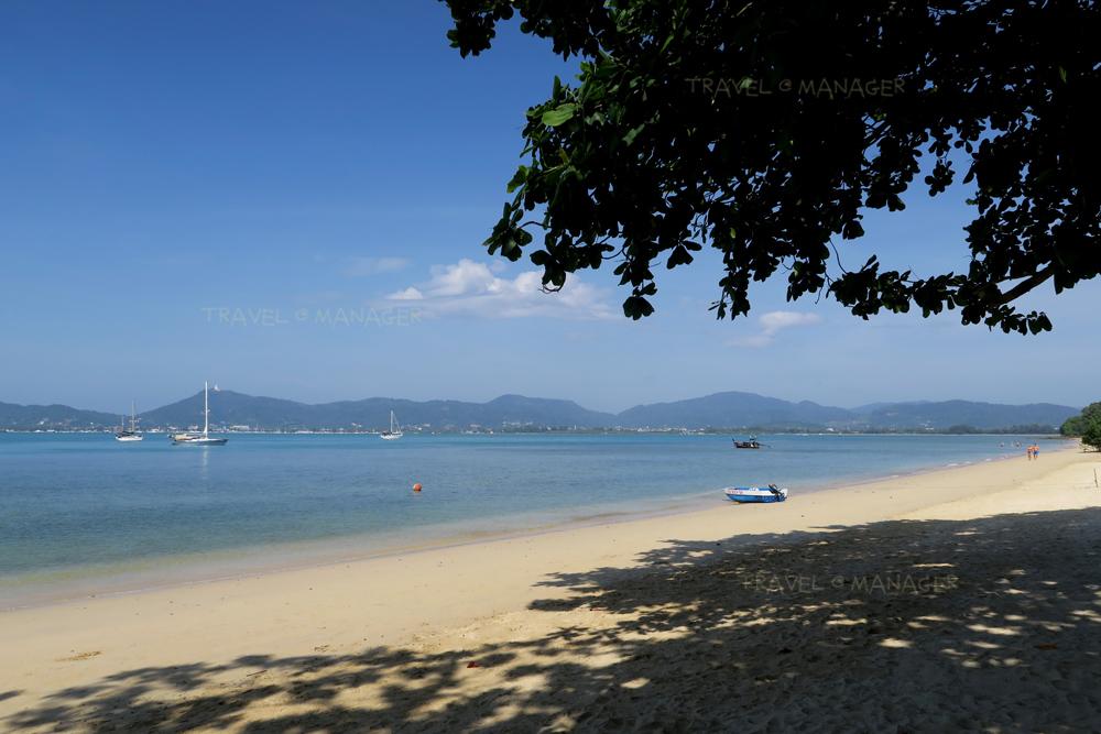 ชายหาดเงียบสงบบริเวณที่พัก