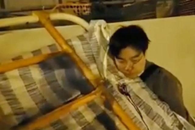 ประท้วงฮ่องกง ชายวัย 53 ถูกผู้ประท้วงฟาดหัวทรุดพื้น ขณะพยายามย้ายสิ่งกีดขวางฯ