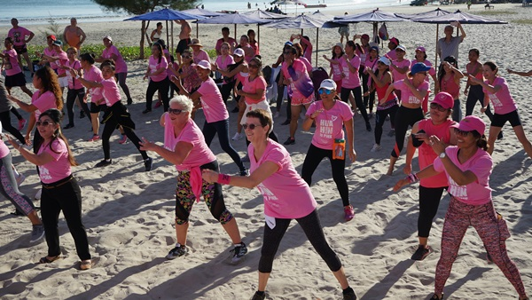 สาวน้อย-ใหญ่ ใส่ชุดสีชมพู ยึดหาดหัวหิน เต้นซูมบ้ามอบให้มูลนิธิศูนย์มะเร็งเต้านมเฉลิมพระเกียรติ