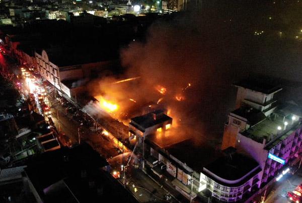 """เพลิงไหม้ครั้งใหญ่! เผาวอด """"ตลาดแม่กิมเฮง""""กลางเมืองโคราช ระดมดับไฟนาน 2 ชม. ผู้ว่าฯสั่งการเอง"""