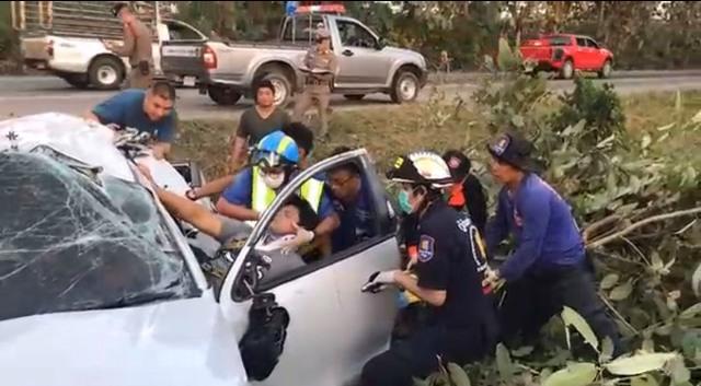 อุทาหรณ์!กระบะชนต้นไม้เจ็บ 2 ดับ 2 หนุ่มสุโขทัยขับป้ายแดงหันมองชนรถ พนง.ประกันฯซ้ำเจ็บอีก 4