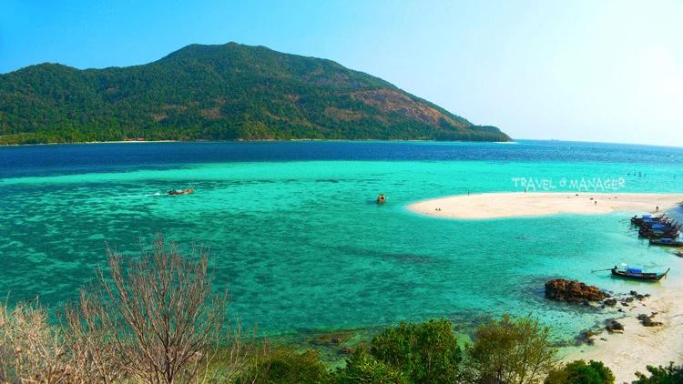 เกาะหลีเป๊ะ กับวิวมุมสูงของหาดเมาเท่น บริเวณหลังเกาะ