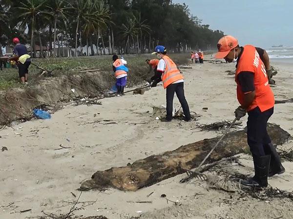 เทศบาลนครสงขลาระดมพนักงานจัดเก็บขยะชายหาดชลาทัศน์แหลมสมิหลา