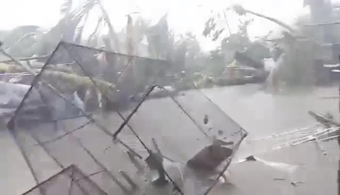 """<i>ลมแรงจัดและฝนตกหนักทำให้เกิดน้ำท่วม ขณะ """"คัมมูริ"""" เล่นงาน เมืองกลอเรีย ในจังหวัดโอเรียนทัลมินดอร์ ของฟิลิปปินส์ วันอังคาร (3ธ.ค.) (ภาพที่ถ่ายจากคลิปวิดีโอเผยแพร่ทางสื่อสังคม) </i>"""