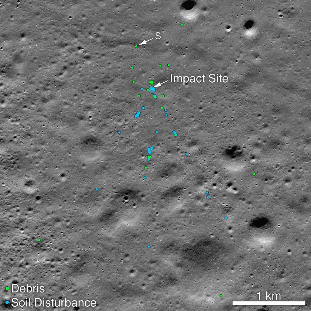 นาซาเผยแพร่ภาพที่บันทึกด้วยยานแอลอาร์โอ ซึ่งแสดงตำแหน่งที่ยานวิกรมพุ่งชนดวงจันทร์ จนเศษยานกระจัดกระจาย (จุดสีเขียว) และร่องรอยพื้นผิวที่ถูกปะทะ (สีฟ้า)(NASA/Goddard/Arizona State University)