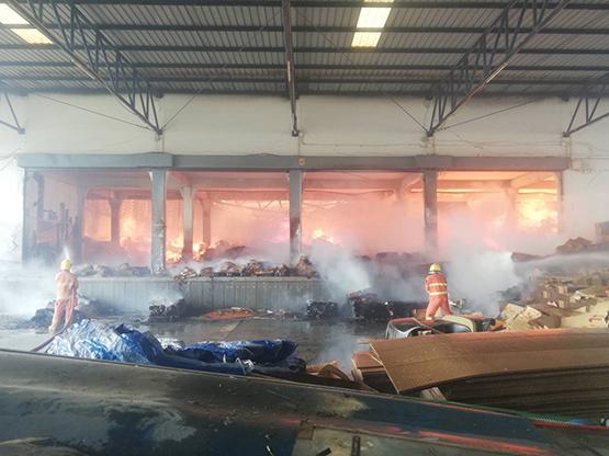ไฟไหม้โรงงานกระดาษย่านลาดหลุมแก้วเสียหายหลายล้าน