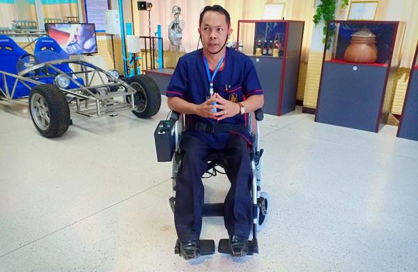 """น่าทึ่ง!นศ.-อาจารย์วิทยาลัยฯศรีสัชนาลัย คิดค้น""""วิลแชร์ไฟฟ้า""""ช่วยผู้พิการแขนขาสำเร็จ"""
