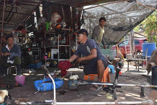 ช่างพิการขาขาดสู้ชีวิต เปิดร้านซ่อมมอเตอร์ไซค์ฟรีวันพ่อแห่งชาติ