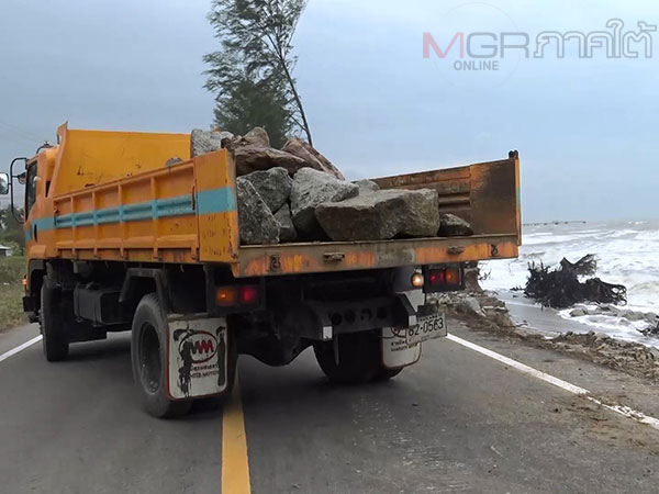กรมทางหลวงนำหินไปถมสร้างเป็นแนวกันคลื่นป้องกันถนนเลียบชายหาดพังเสียหาย