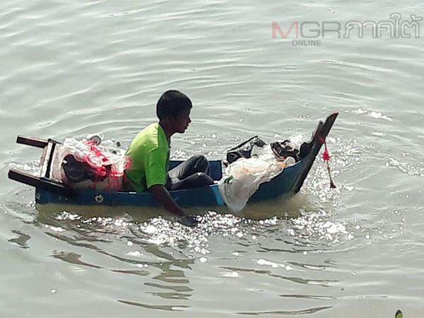 เด็กน้อยจิตอาสาชาวสตูลพายเรือถังเก็บขยะในคลองหมู่บ้านถวายในหลวง