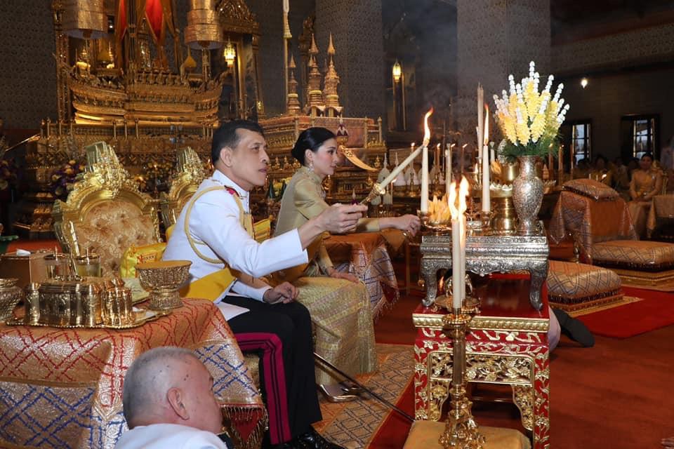 ในหลวง-ราชินีเสด็จฯบำเพ็ญพระราชกุศลวันคล้ายวันพระบรมราชสมภพ ร.๙