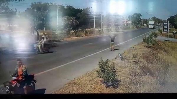 หวาดเสียว!!!   สายอินเตอร์เน็ตตกกลางถนนเกี่ยวบาดคอชายวัย 62ปีบาดเจ็บ