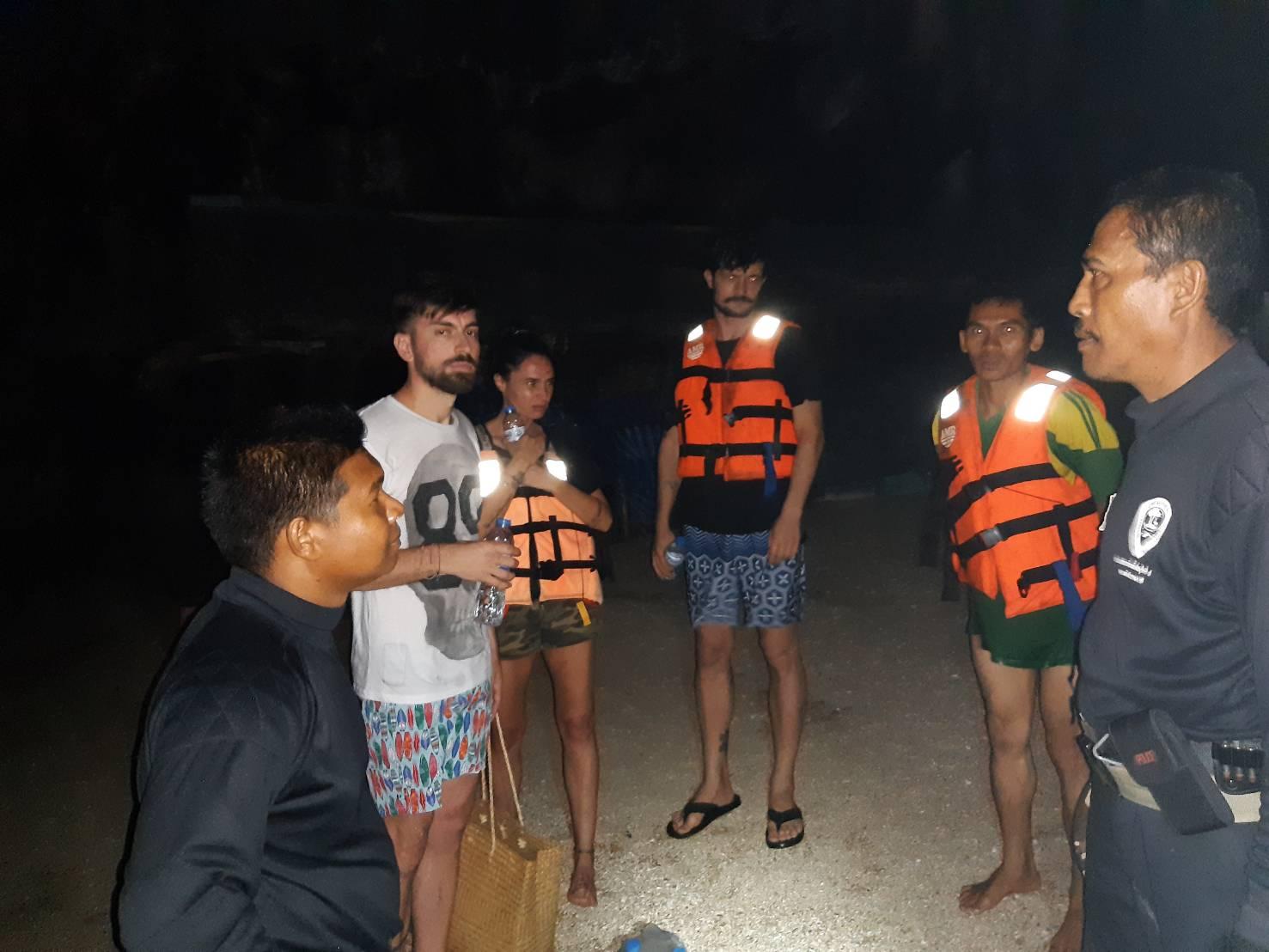 ระทึก ! นักท่องเที่ยวโรมาเนีย ติดเกาะ หลังนายท้ายพลัดตกเรือ โชคดีจับหางเสือพาเรือกลับเข้าฝั่งได้ปลอดภัย