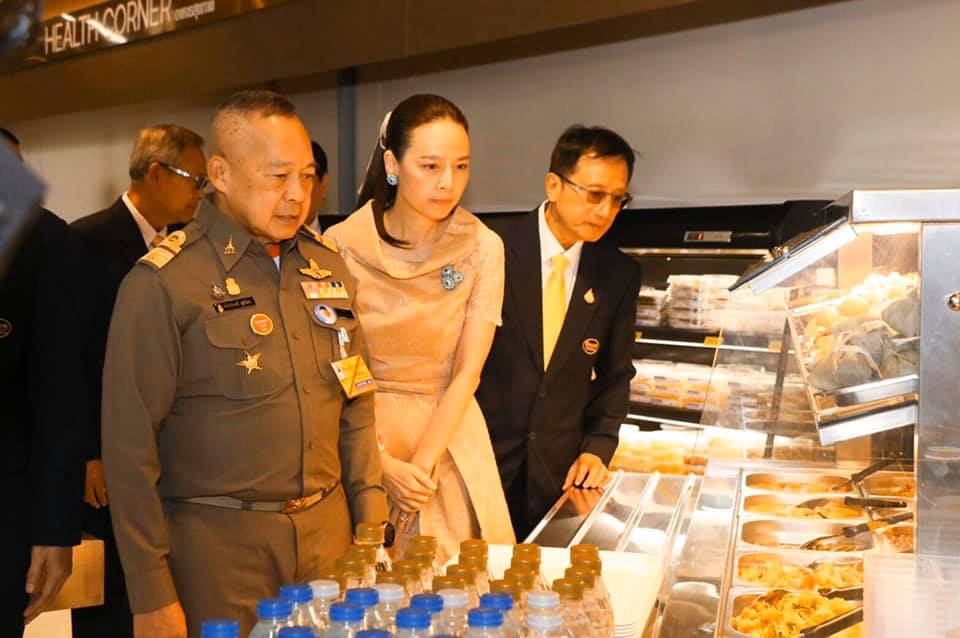 พล.อ.อ.สถิตย์พงษ์ ราชเลขานุการในพระองค์ฯ เป็นประธานเปิดร้านโกลเด้น เพลซ สาขาที่ 18 ชวนชม